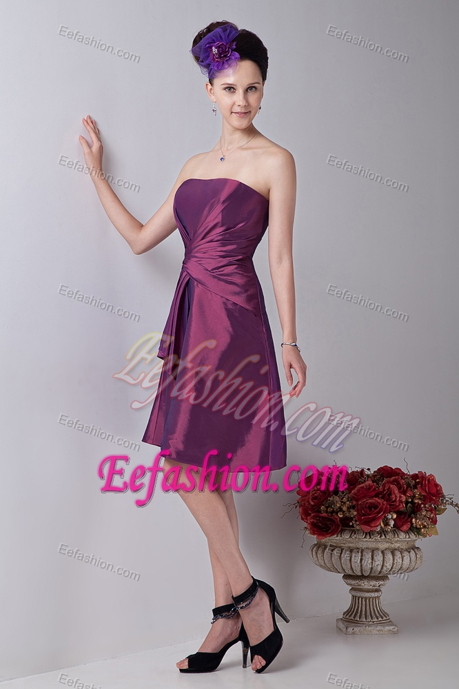 Cheap Burgundy Strapless Knee-length Ruched Dama Cocktail Dress