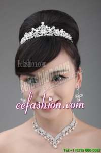 Tiara and Necklace in Luxurious Pearl and Alloy