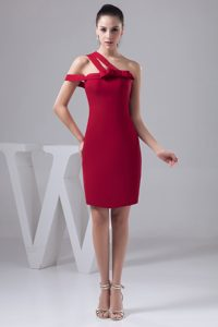 Asymmetrical Shoulder Knee-length Wine Red Sheath Mother of Bride Dresses