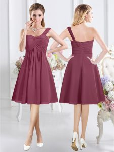 Attractive Burgundy Chiffon Zipper One Shoulder Sleeveless Knee Length Quinceanera Court Dresses Ruching