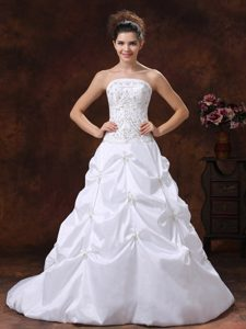 Exquisite Strapless White Dress for Brides with Embroidery and Appliques