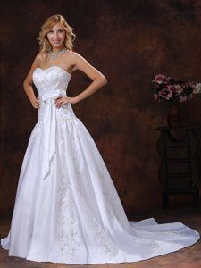 Dreamy Chapel Train White Wedding Bridal Gown with Bowknot and Embroidery