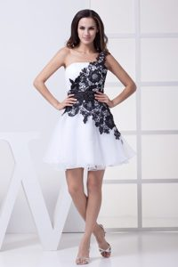 One Shoulder Mini-length White Tulle Cocktail Dresses with Black Appliques
