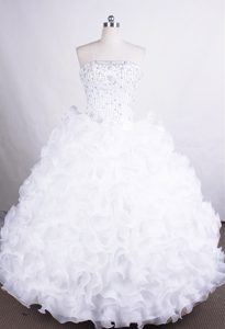 Breathtaking Organza Strapless Dresses for Quinces in White with Rolling Flowers