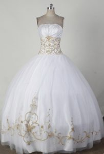 Simple Ball Gown Strapless White Quincenera Dresses with Beading for Girls