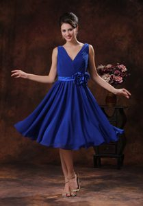 Ruched V-neck Knee-length Royal Blue Bridesmaid Dama Dress with Flower
