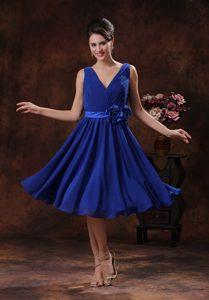 Ruched V-neck Knee-length Royal Blue Bridesmaid Dama Dress with Flower