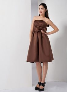 Brown Knee-length Strapless Ruched Party Dama Dresses with Bow