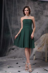 Hunter Green Strapless Knee-length Ruched Chiffon Dama Dresses for Cheap
