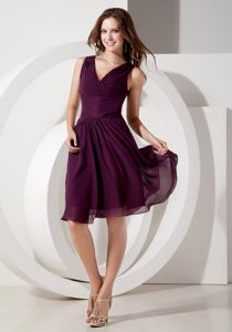 Dark Purple V-neck Knee-length Ruched Chiffon Bridesmaid Dama Dresses