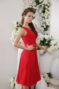 Red V-neck Knee-length Ruched Chiffon Bridesmaid Dama Dress for Cheap