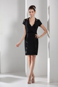 Black V-neck Short Sleeves Knee-length Dama Cocktail Dress with Cutouts