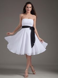 Sweet White Empire Strapless Knee-length Cocktail Evening Dress with Black Sash