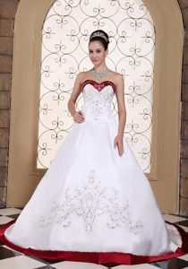 Embroidery Satin Chapel Train Nice Wedding Gown Dress with Sweetheart
