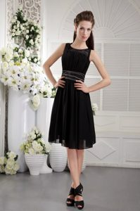 Black Empire Scoop Knee-length Chiffon Graduation Dress with Beaded Waist