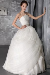 Fashionable Strapless Organza Ruffled Wedding Bridal Gown in Floor-length