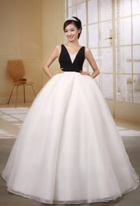 Black and White V-neck Attractive Organza Dress for Wedding in Floor-length