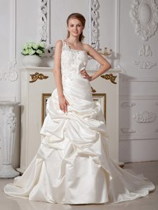Wonderful A-line One Shoulder Wedding Dresses in with Appliques
