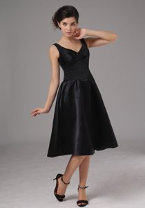 2013 Popular Knee-length Black Bridesmaid Dresses with Straps and V-neck