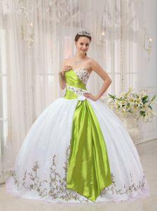 White Ball Gown Sweetheart Embroidery Lovely Sweet 16 Dresses in Organza