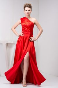 Cheap One Shoulder Red Slitted Wedding Guest Outfits with Ruching